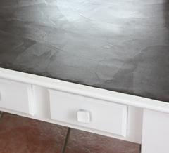 relooking d'une table basse en pin peinte en blanc porcelaine et effet béton