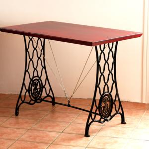 Table rectangulaire relookée avec pieds fonte Singer