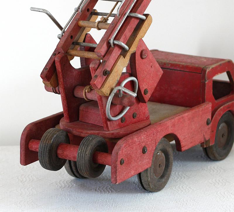 Camion de pompier en bois époque Dejou